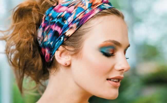 Mulher de lenço colorido