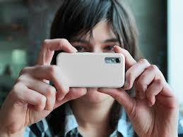 Mulher tirando foto pelo celular