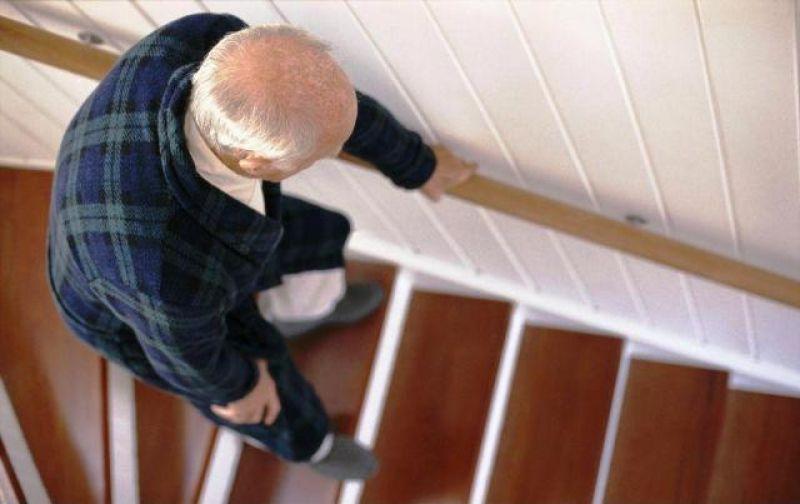 pessoa idosa desce escadas