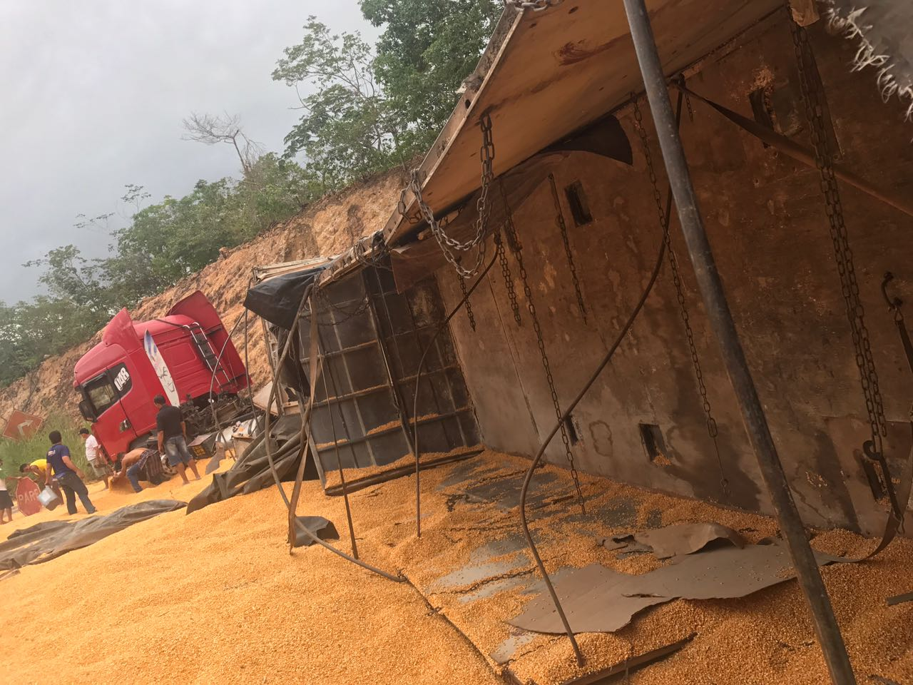 Caminhão tomba no município de Santa Filomena, na região dos Cerrados.