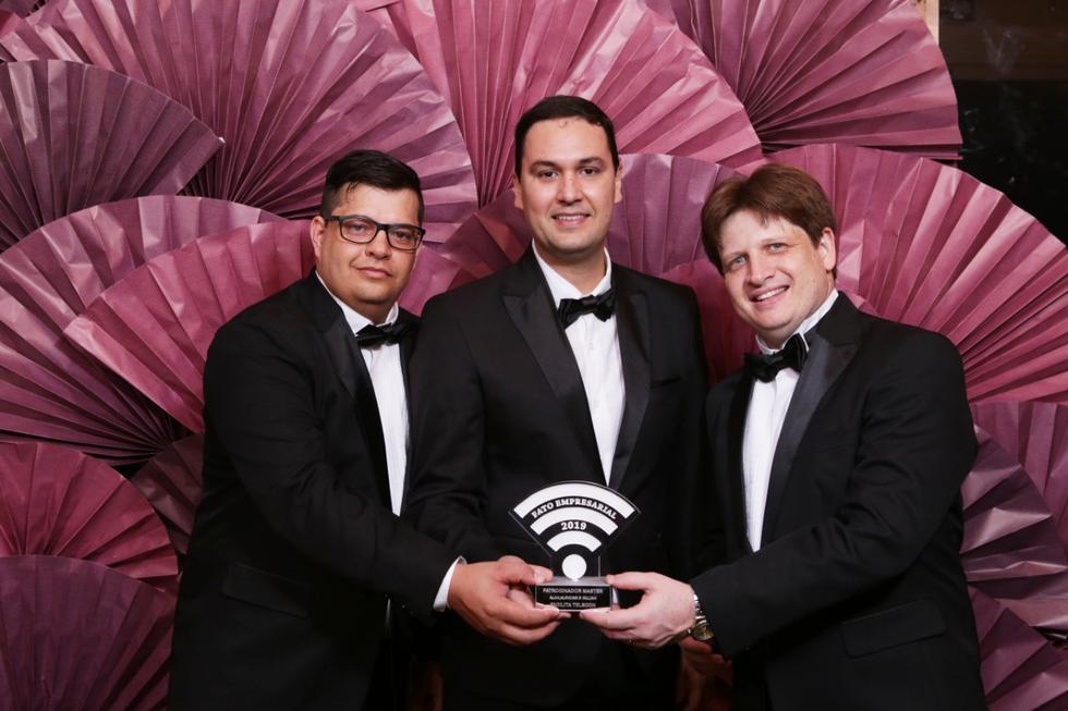 Diretores da Facilita com prêmio Fato Empresarial