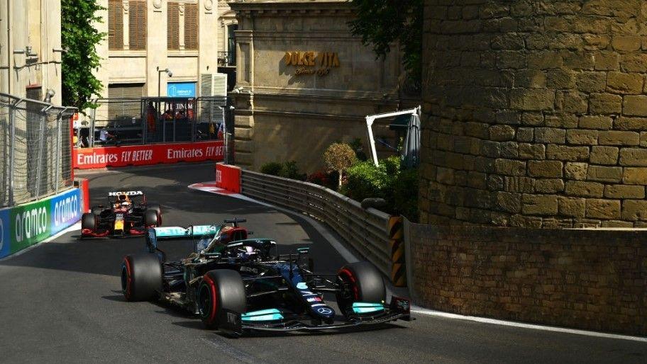Lewis Hamilton e Max Verstappen protagonizaram uma briga pela liderança no começo da corrida – Foto: Dan Mullan/Formula 1 via Getty Images