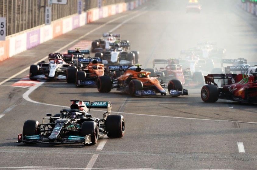 Lewis Hamilton não conseguiu virar na curva 01, e acabou caindo para a última colocação - Foto: Clive Rose/Getty Images